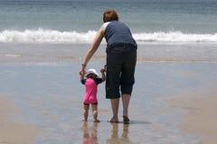 Mutter und Tochter am Strand Lizenzfreies Stockfoto