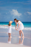 Mutter und Tochter am Strand Stockfotografie