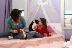 Mutter- und Tochter tickling Lizenzfreie Stockfotos