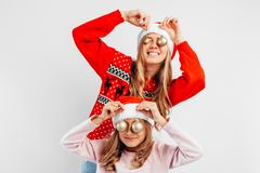 Mutter und Tochter tragen Santa Claus-Hüte, im swe des neuen Jahres lizenzfreie stockfotografie