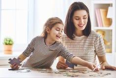 Mutter und Tochter tun Puzzlespiele Stockfoto