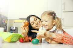 Mutter und Tochter und Ostereier Stockbilder