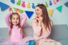 Mutter und Tochter weekend zusammen zu Hause auf dem Sofamädchen, das Kaninchen spielt Lizenzfreie Stockfotografie