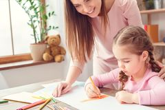 Mutter und Tochter weekend zusammen zu Hause aufpassende Tochterzeichnung der Bildungskonzeptmutter Lizenzfreie Stockfotografie