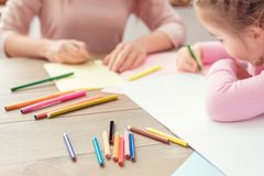 Mutter und Tochter weekend zusammen zu Hause Bildungskonzept-Zeichnungsnahaufnahme Lizenzfreie Stockbilder