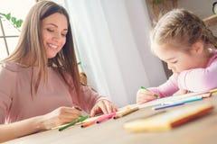 Mutter und Tochter weekend zusammen zu Hause sitzende Zeichnung Lizenzfreie Stockbilder