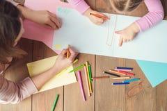 Mutter und Tochter weekend zusammen zu Hause zeichnende Draufsicht Stockbilder