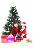 Mutter und Tochter am Weihnachtsbaum Stockfotografie