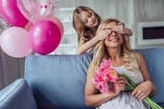 Mutter und Tochter zu Hause lizenzfreie stockbilder