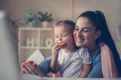 Mutter und Tochter zu Hause stockbild