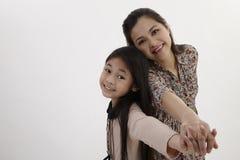 Mutter und Tochter zurück zu Rückseite Stockfoto