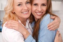 Mutter und Tochter zusammen weekend zu Hause, Nahaufnahme umarmend Stockfotografie