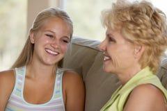 Mutter und Tochter zusammen zu Hause lizenzfreies stockbild