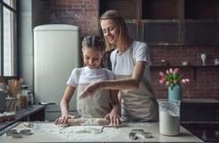 Mutter- und Tochterbacken lizenzfreie stockfotos