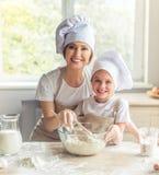 Mutter- und Tochterbacken Lizenzfreies Stockfoto