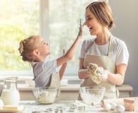 Mutter- und Tochterbacken Lizenzfreie Stockfotografie