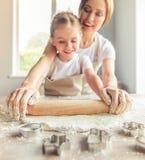 Mutter- und Tochterbacken Stockbilder