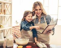 Mutter- und Tochterbacken Lizenzfreies Stockbild