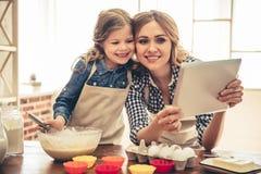 Mutter- und Tochterbacken Stockfotos