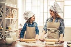 Mutter- und Tochterbacken Stockbild