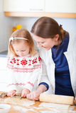 Mutter- und Tochterbacken zusammen Lizenzfreie Stockfotografie