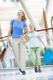Mutter- und Tochtereinkaufen im Mall Stockbild