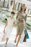 Mutter- und Tochtereinkaufen im Mall Stockfotografie
