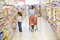 Mutter- und Tochtereinkaufen im Supermarkt stockfoto
