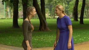 Mutter- und Tochtergeben hoch--fünf, stolz auf Kind, erfolgreiche zukünftige Karriere stock footage