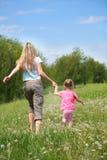 Mutter- und Tochtergehen Stockbild