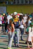 Mutter- und Tochtergespräch Das Festival von Farben Holi in Tscheboksary, Chuvash-Republik, Russland 05/28/2016 Stockfotografie