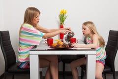 Mutter- und Tochtergetränktee Stockbild