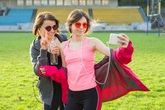 Mutter- und Tochterjugendlicher fotografierte zusammen selfi Foto Lizenzfreie Stockfotos