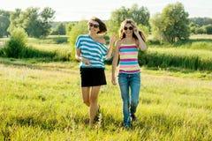 Mutter- und Tochterjugendlicher gehen in Natur an einem sonnigen Tag des Sommers Lizenzfreie Stockfotografie