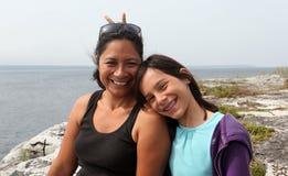Mutter- und Tochterlächeln stockfotos