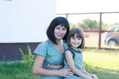 Mutter- und Tochterlächeln Lizenzfreie Stockfotografie