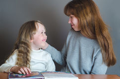 Mutter- und Tochterlächeln Lizenzfreies Stockfoto
