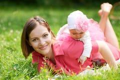 Mutter- und Tochterlüge auf Gras Lizenzfreies Stockbild