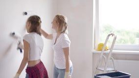 Mutter- und Tochtermalereiwand stock video