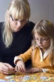 Mutter- und Tochterpuzzlespiel stockbild