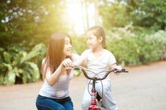Mutter- und Tochterreitfahrrad im Freien stockfotografie