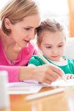 Mutter- und Tochterschreiben zusammen Stockfoto