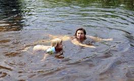 Mutter- und Tochterschwimmen Stockfoto