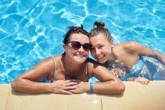 Mutter- und Tochterschwimmen im Pool Lizenzfreies Stockbild