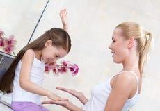 Mutter- und Tochterspiel im Badezimmer Lizenzfreie Stockfotografie