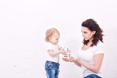 Mutter- und Tochterspiel mit Blöcken Lizenzfreies Stockbild