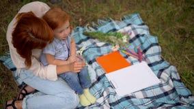 Mutter- und Tochterspiel mit der Kamille im Freien stock video footage