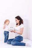 Mutter- und Tochterspiel mit Würfeln Stockfotos