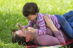 Mutter- und Tochterspielen Lizenzfreies Stockbild