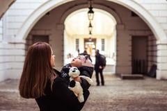 Mutter- und Tochterspielen, Flächen betrachtend lizenzfreie stockbilder